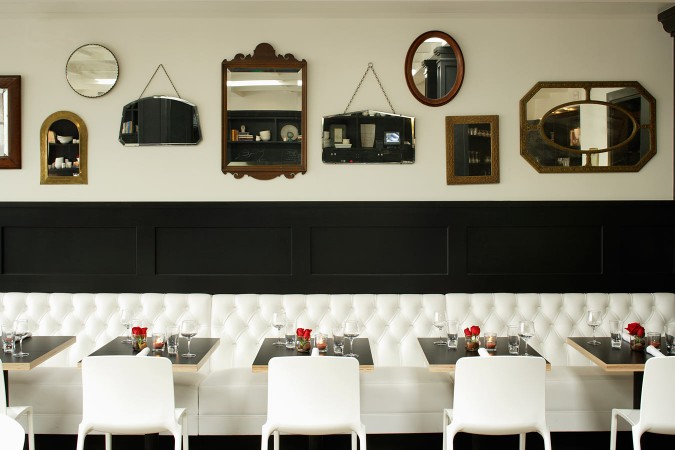 Comme Ça in West Hollywood wanted to retain a minimalist color palette, with its black wainscoting and the mixed vintage french-inspired bistro. Perfect for any occasion, it maintains its sophistication while providing a friendly atmosphere.